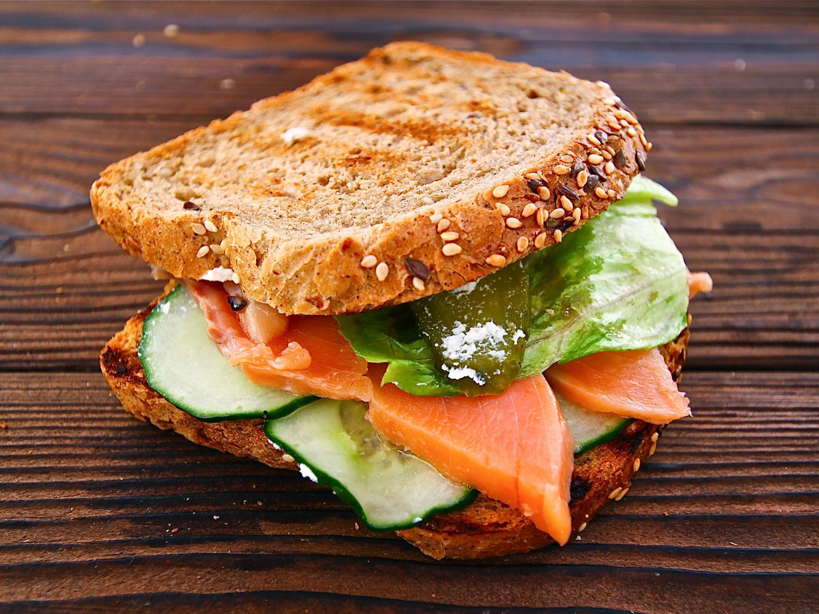 Сэндвич на цельнозерновом хлебе с семгой и сыром Рикотта