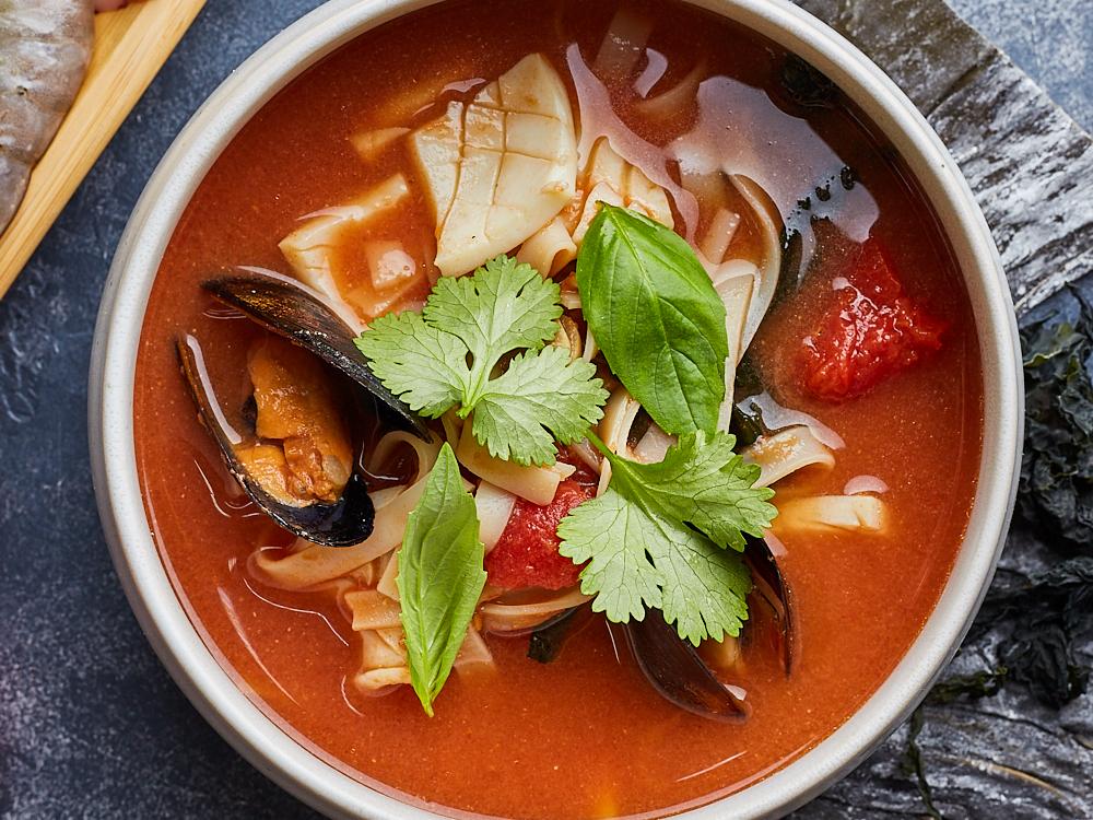 Томатный рамен с морепродуктами и базиликом