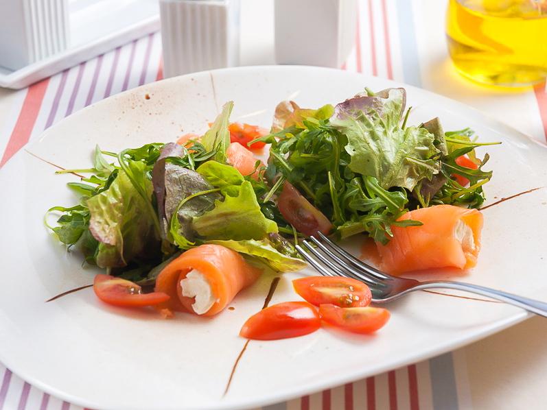 Салат Монтенегро с лососем и сливочным сыром