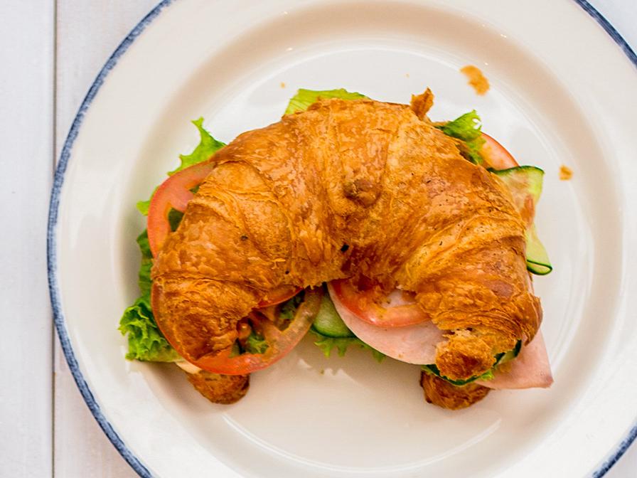 Круассан-сэндвич с ветчиной