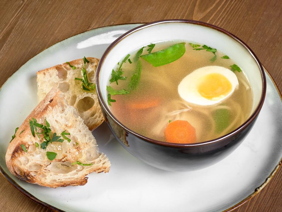 Домашний куриный суп с лапшой и овощами