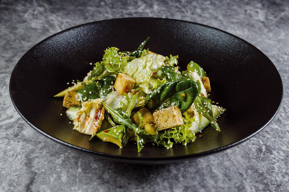 Зеленый салат с тофу и авокадо