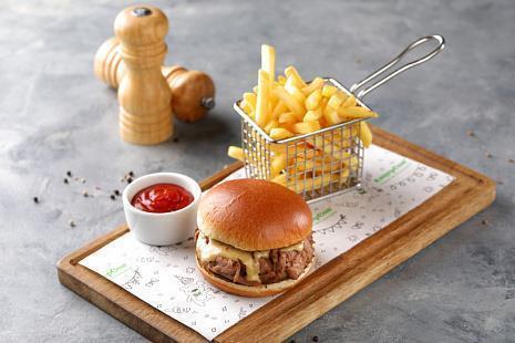 Бургер с вырезкой из телятины, горчичным соусом и рукколой, картофелем фри
