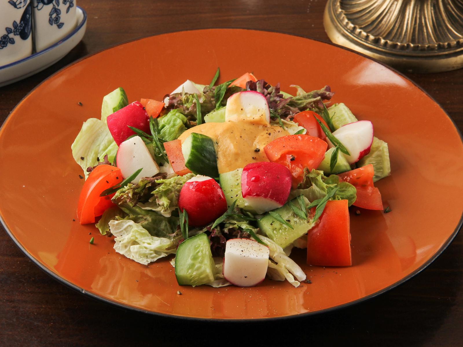 Салат из деревенских овощей с пикантной заправкой