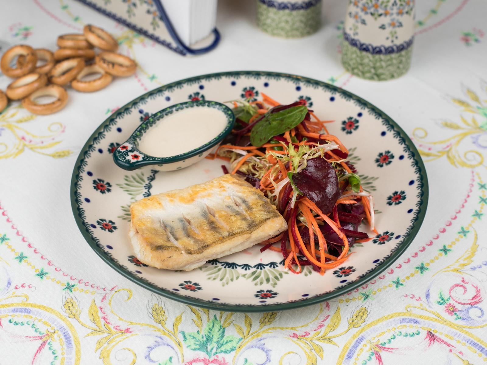 Филе судака с витаминным салатом и сливочным соусом
