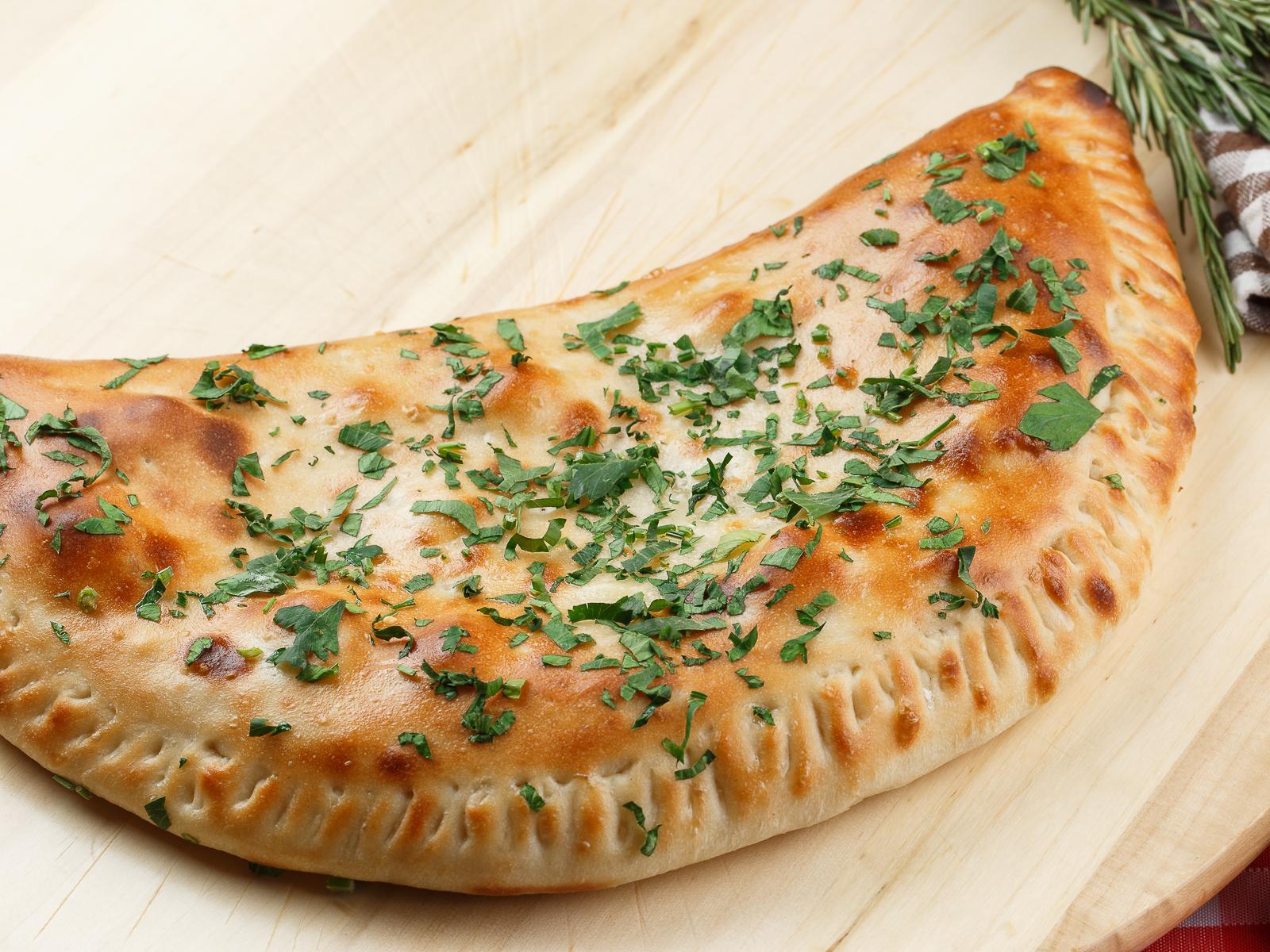 Пицца Кальцоне с беконом и ветчиной