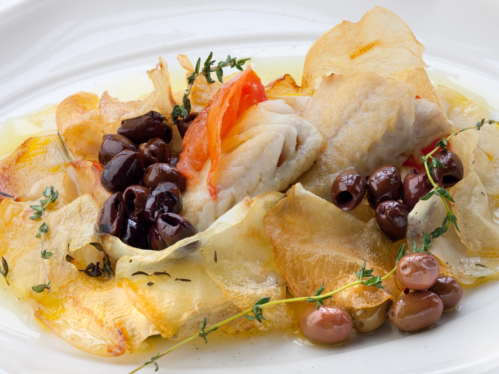 Сибас с оливками и картофелем