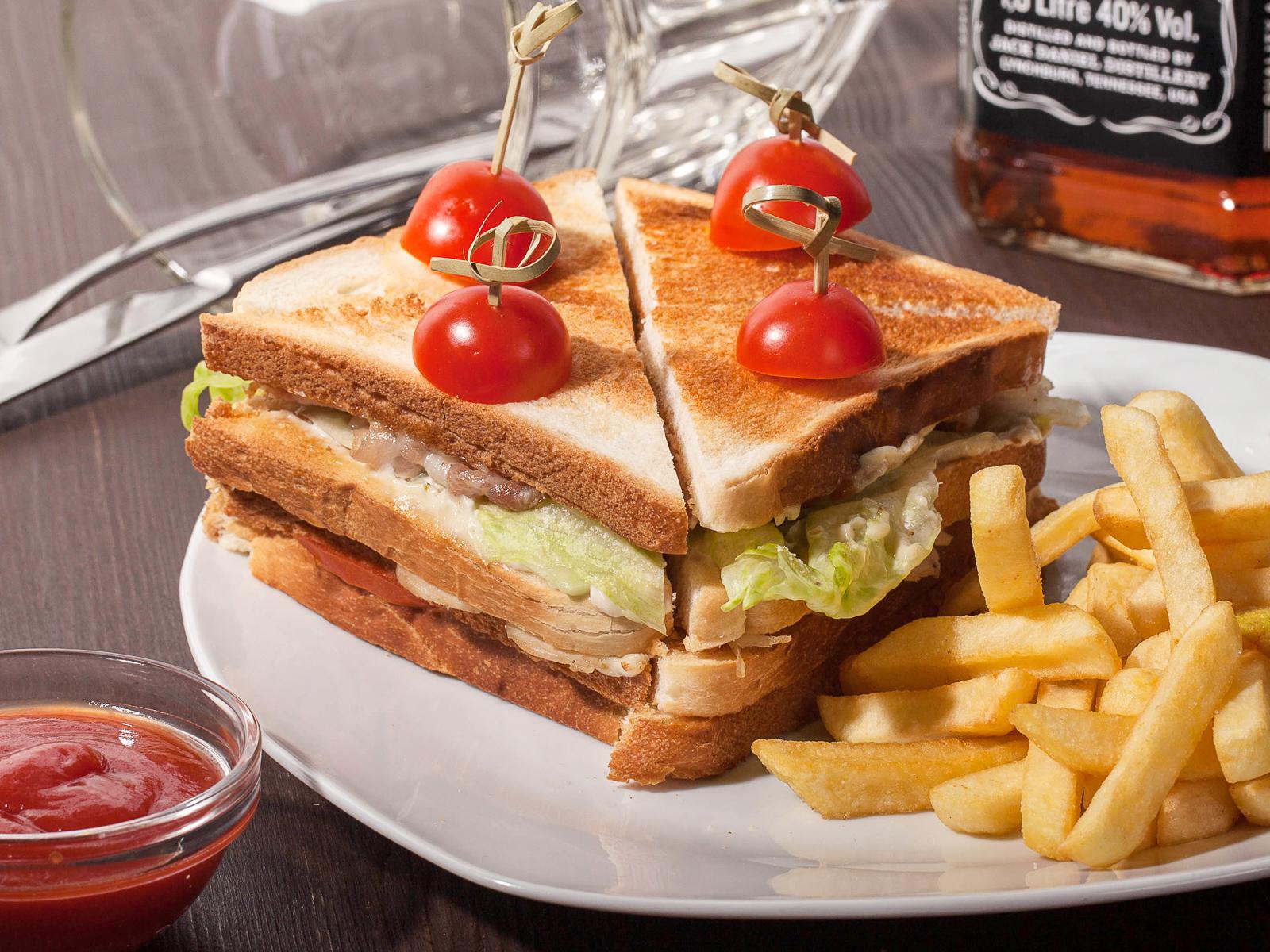 Клаб-сендвич с курицей и беконом