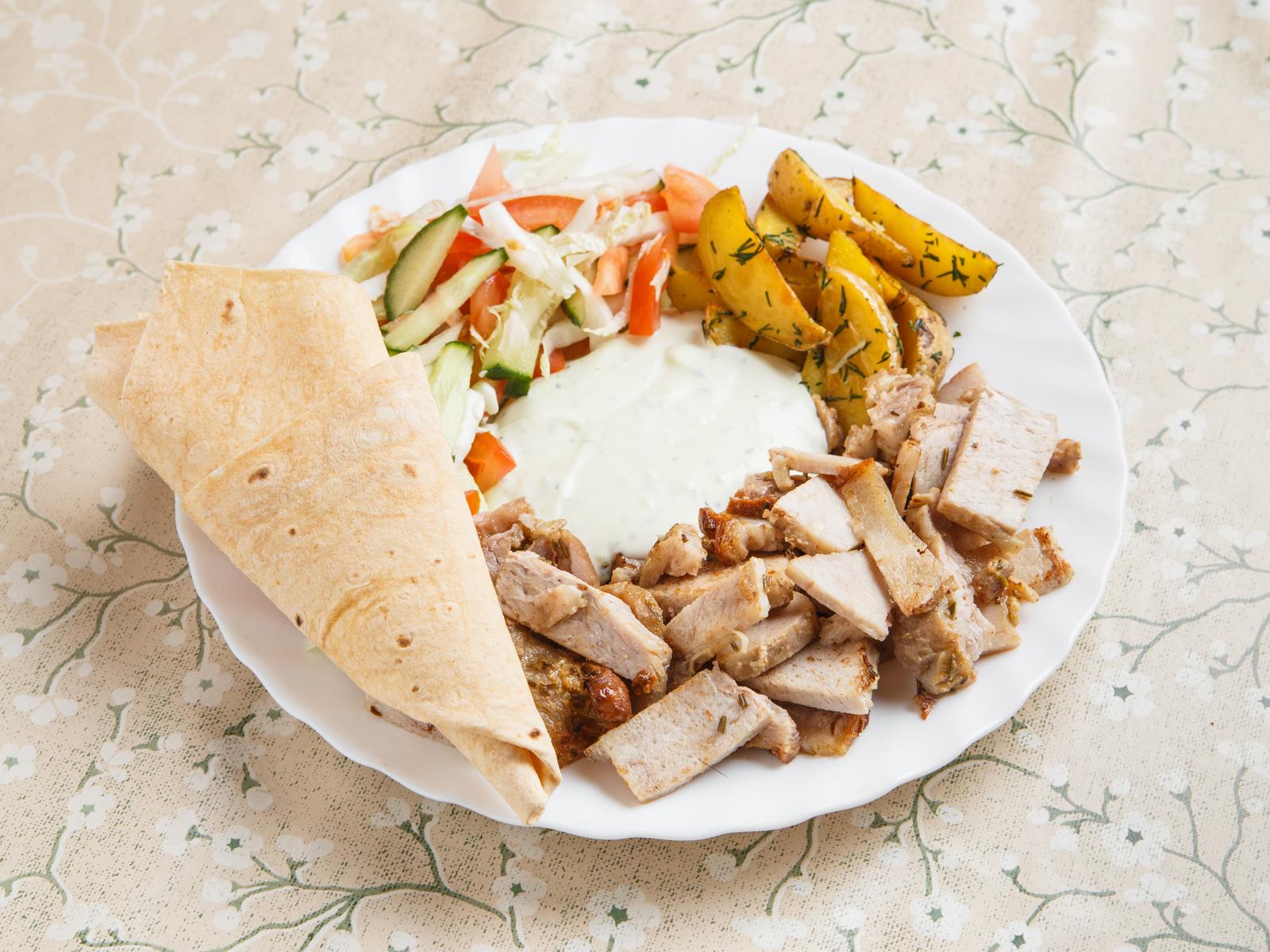 Шаверма со свининой на тарелке