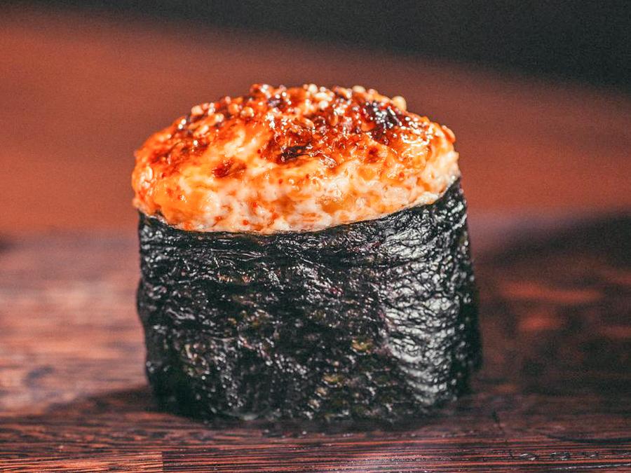 Запеченные суши в соусе спайси