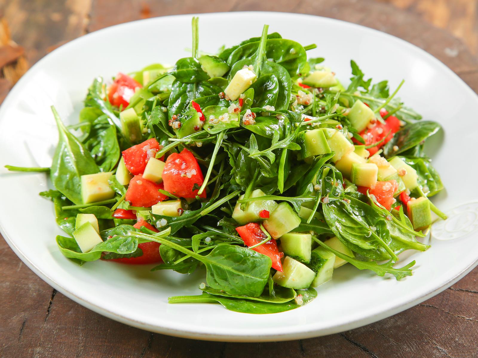 Салат из молодого шпината, киноа и томатов