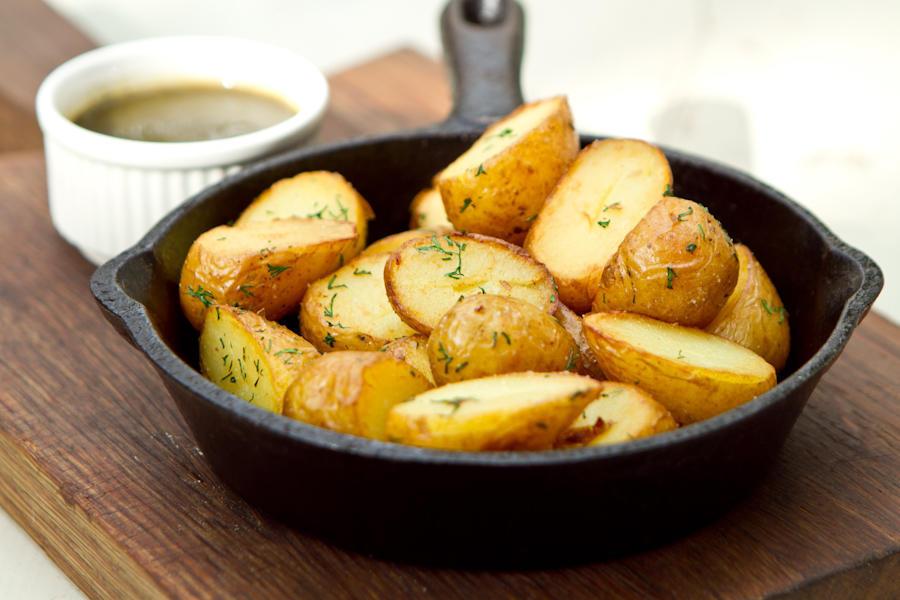 Молодая картошка с зелёным ткемали