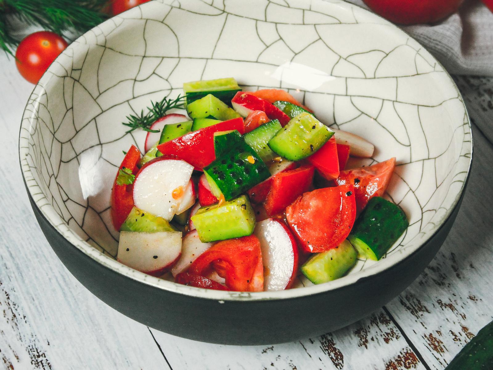 Салат из свежих овощей с редисом