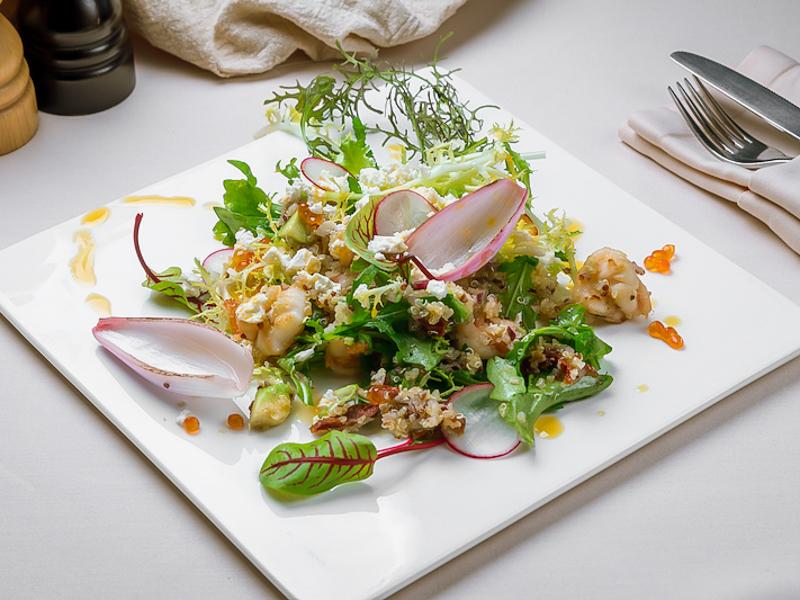 Салат с креветками, киноа и авокадо