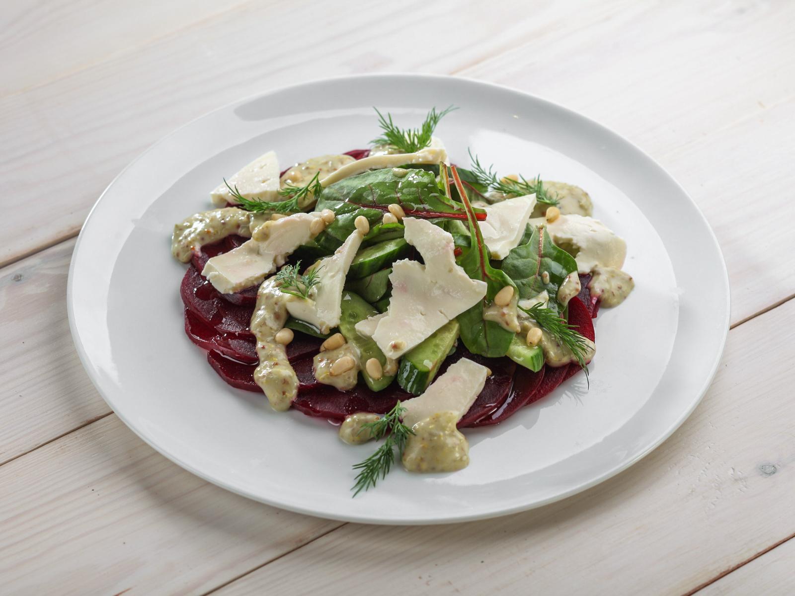 Салат с печеной свеклой и домашним сыром