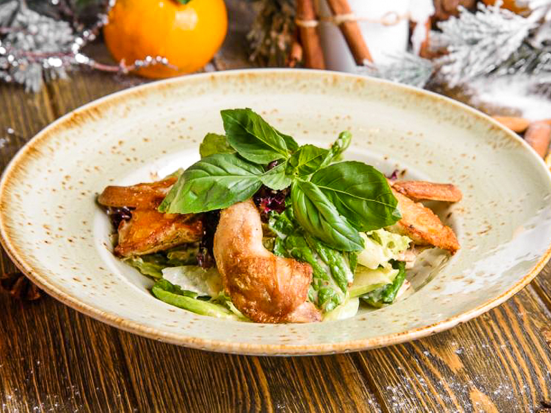 Салат с мясом перепелки