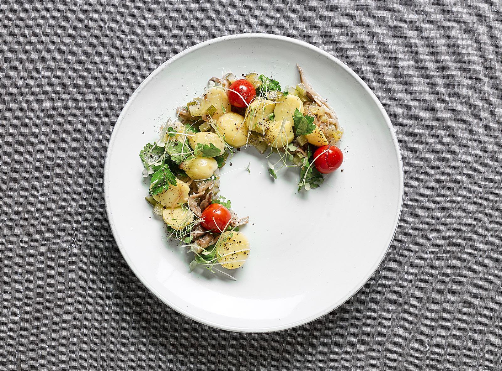 Картофельный салат с грибами и соленьями