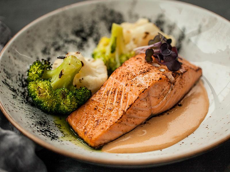 Стейк из лосося с цветной капустой