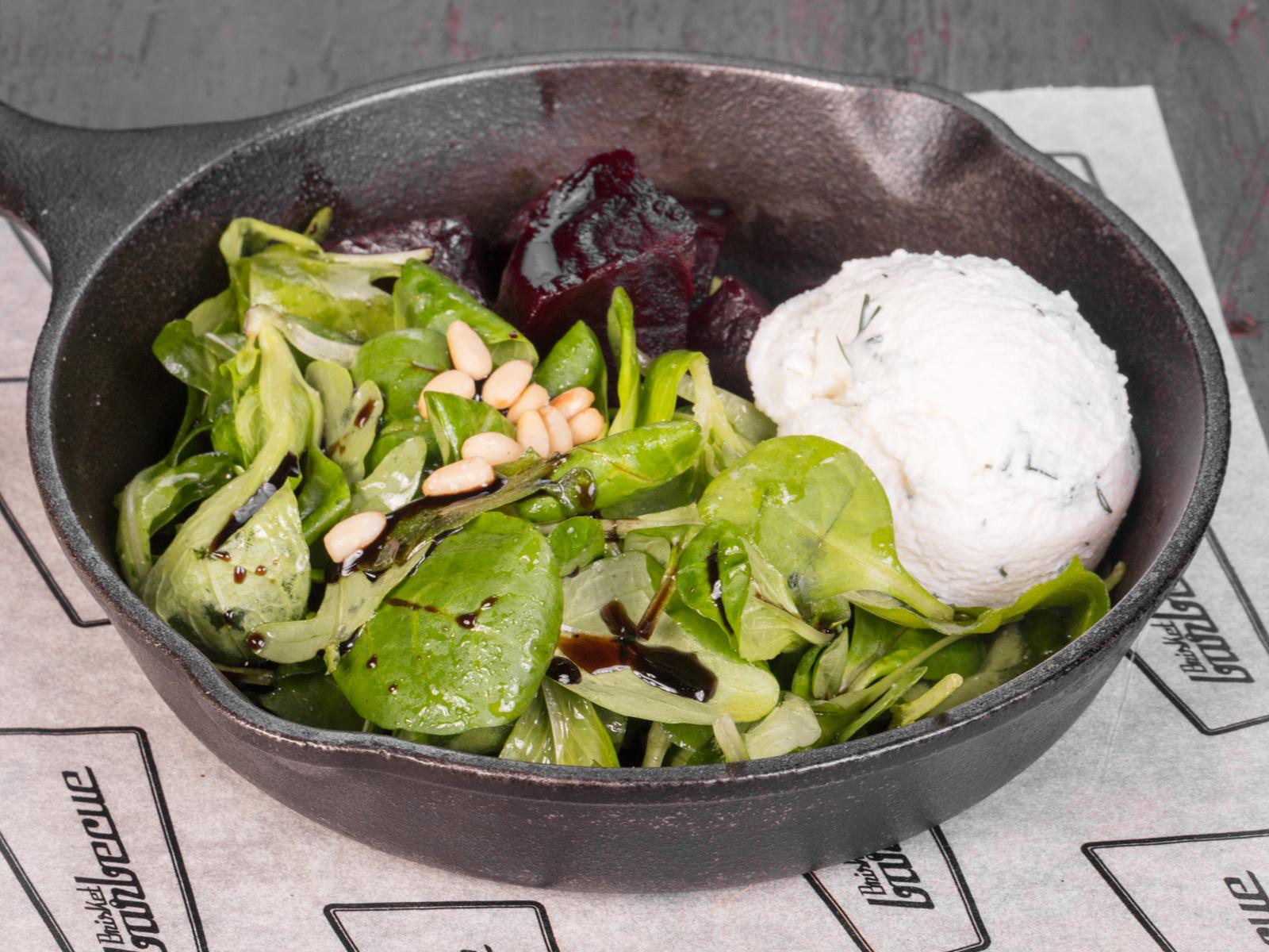 Салат с сыром рикотта и копченой свеклой