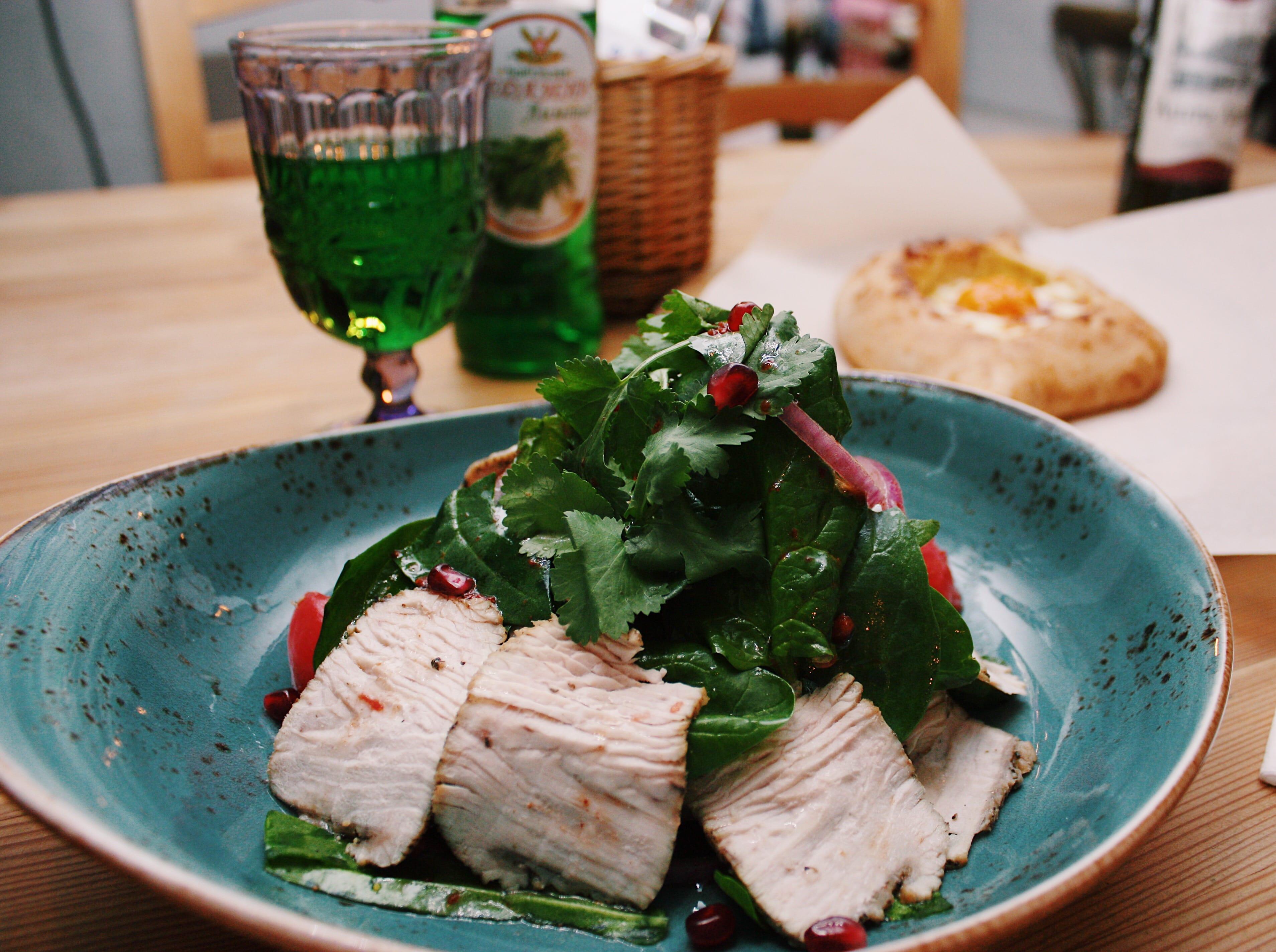 Салат из индейки с листьями шпината