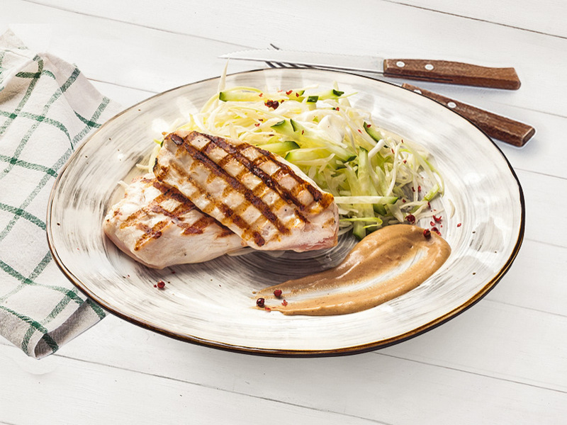 Куриное филе на гриле с салатом коул-слоу