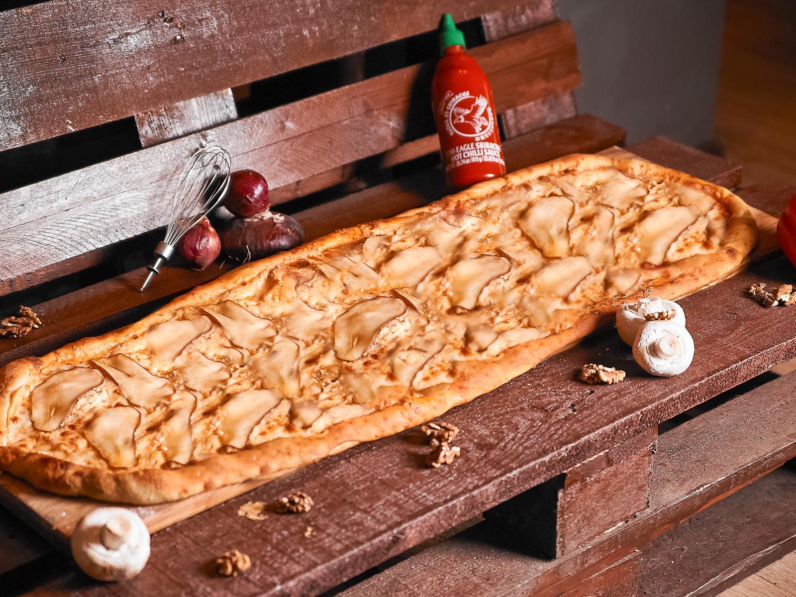 Пицца Четыре сыра с грушей метровая