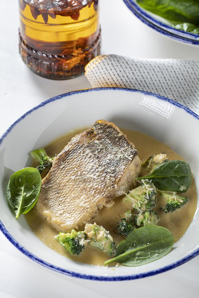 Филе судака со шпинатом и брокколи в креветочном соусе