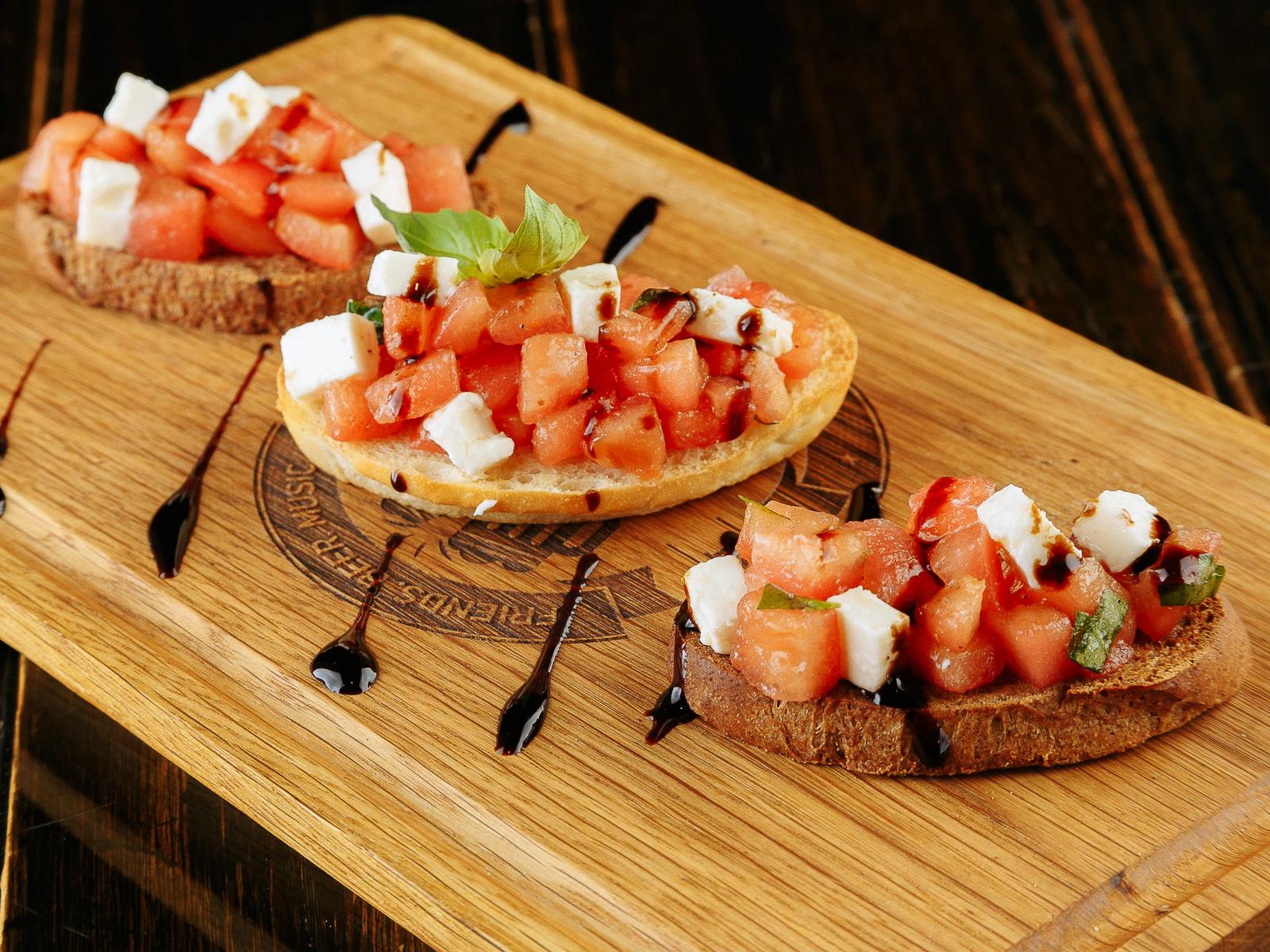 Брускетты с томатами и фетой