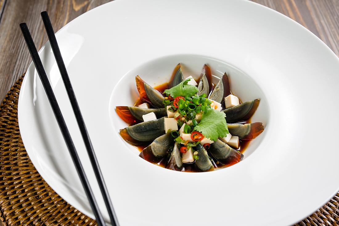 Черные утиные яйца с сыром тофу