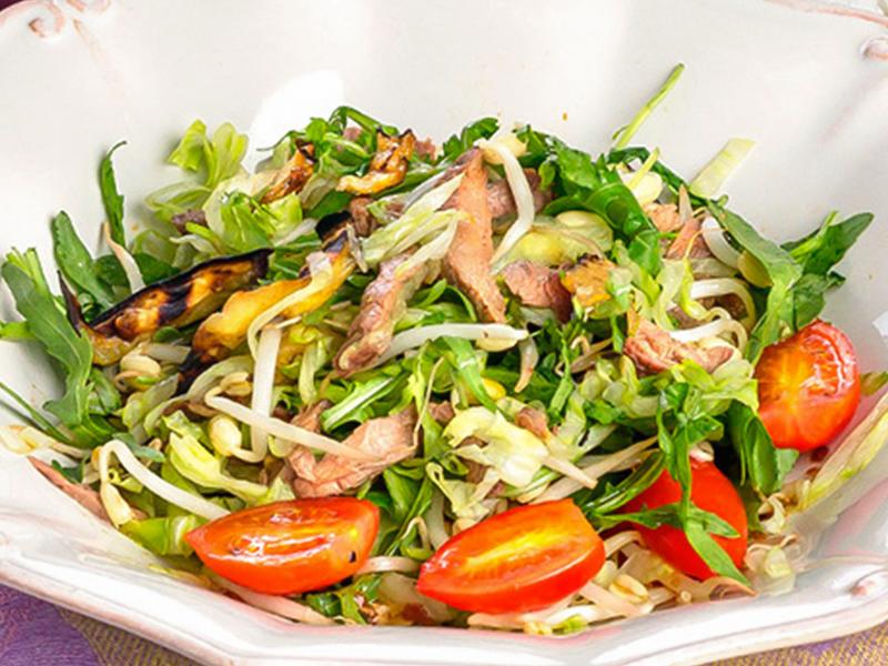 Салат с говядиной-гриль, помидорами черри и обжаренными баклажанами