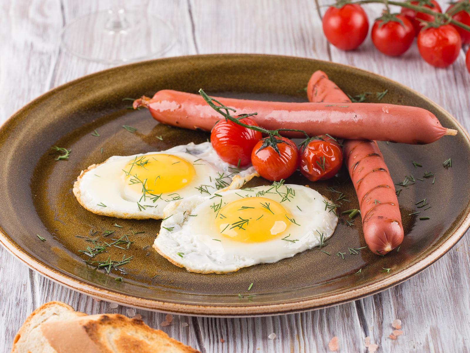 Яичница с сосиской и помидорами