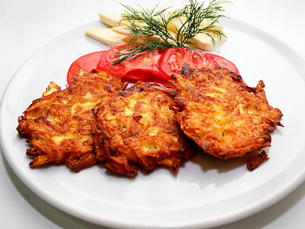 Драники картофельные с сыром сулугуни и помидором