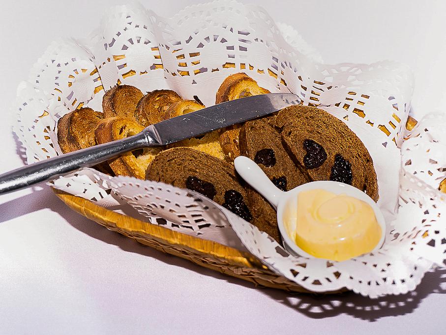 Хлебная корзина с тремя видами хлеба