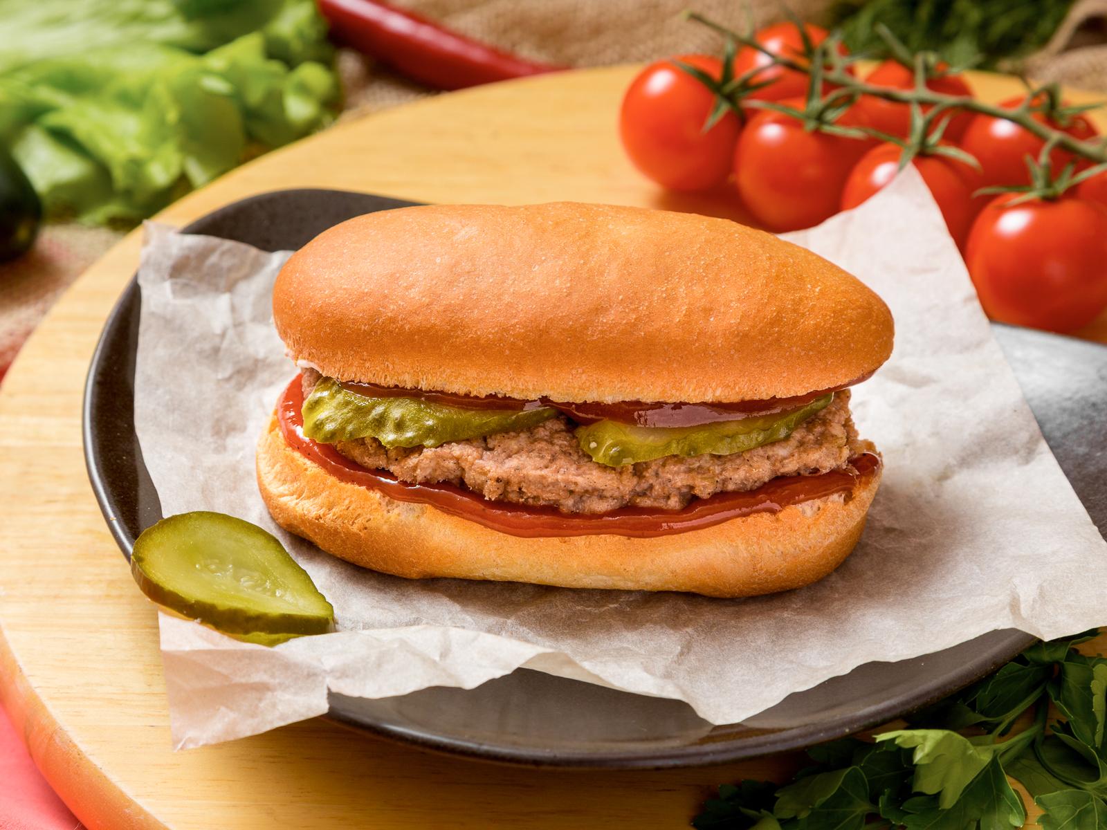 Бутерброд Сочная котлета с кетчупом и маринованным огурчиком