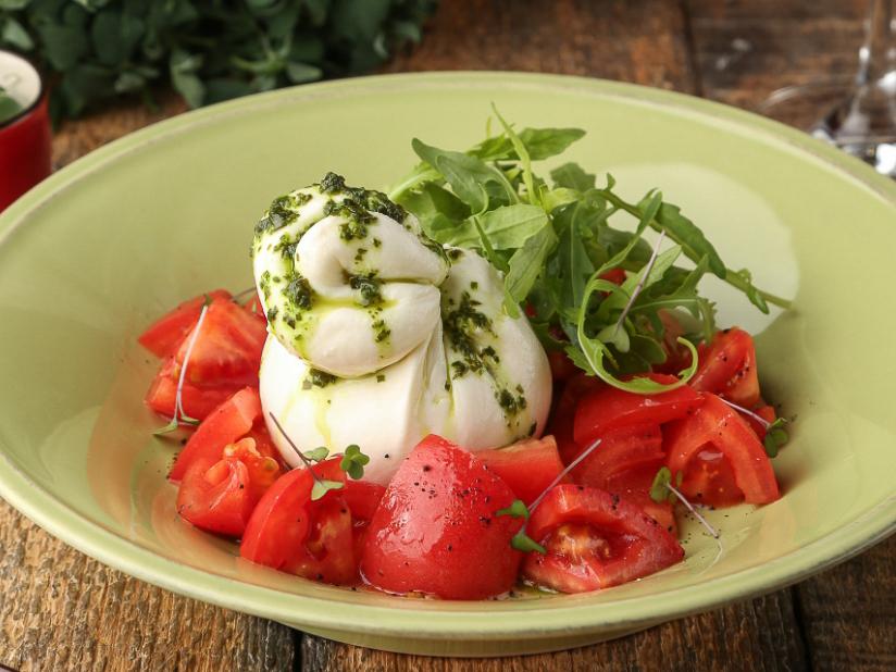 Фермерская буррата со спелыми томатами