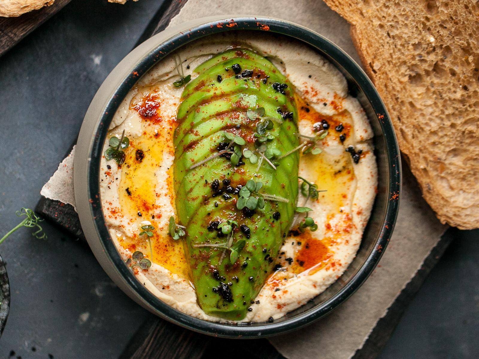 Хумус с авокадо и мультизлаковым багетом
