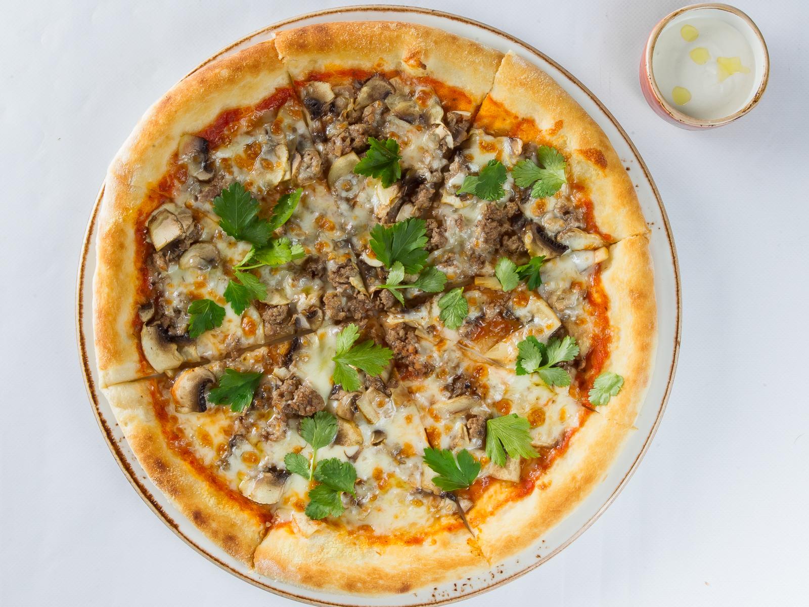 Пицца с рубленной говядиной и грибами