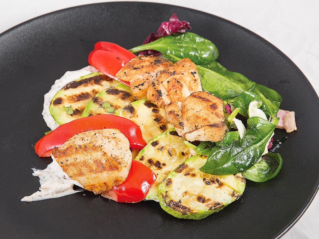 Салат с куриной грудкой и овощами гриль