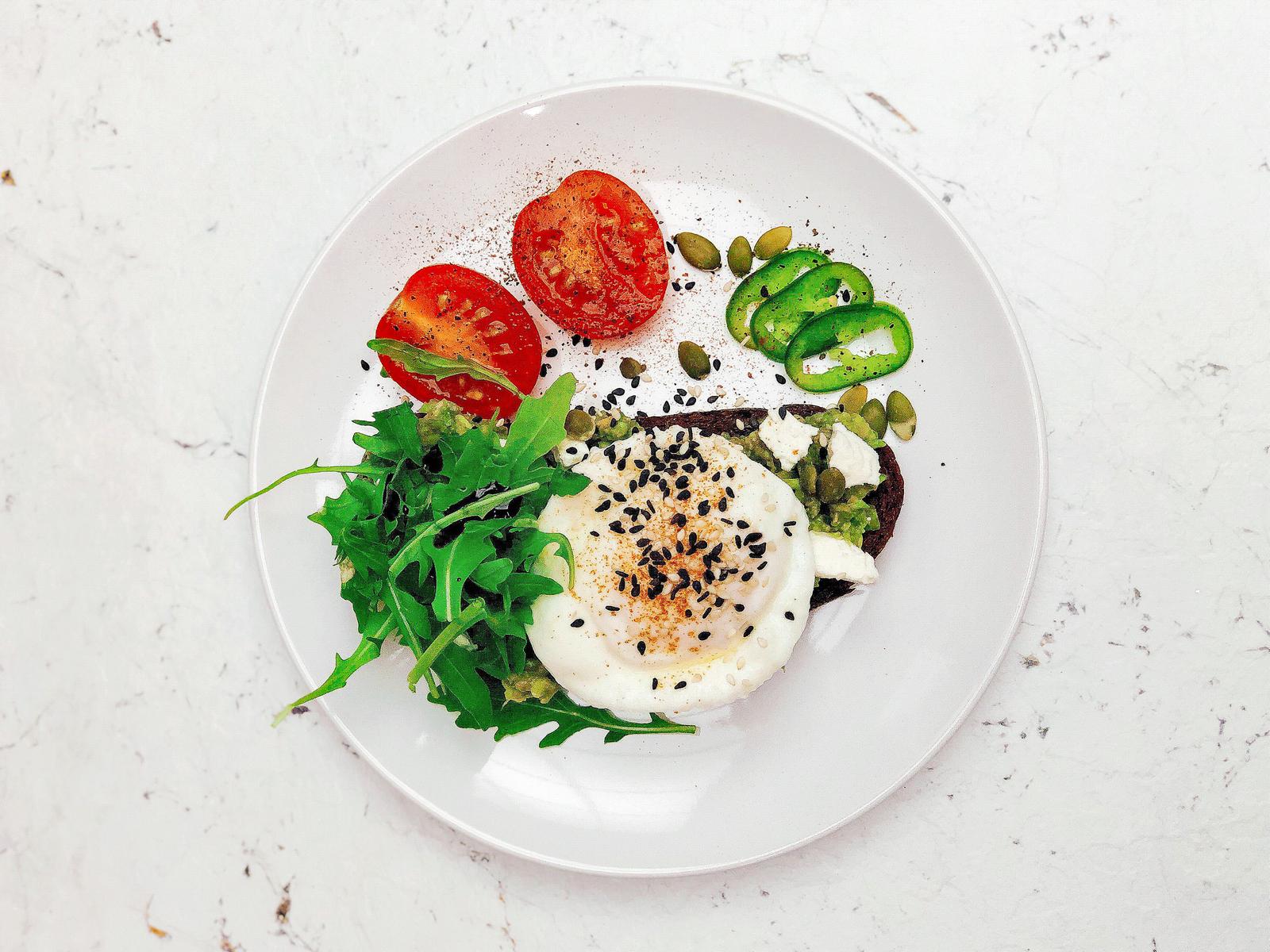 Ржаной тост с авокадо и яйцом пашот