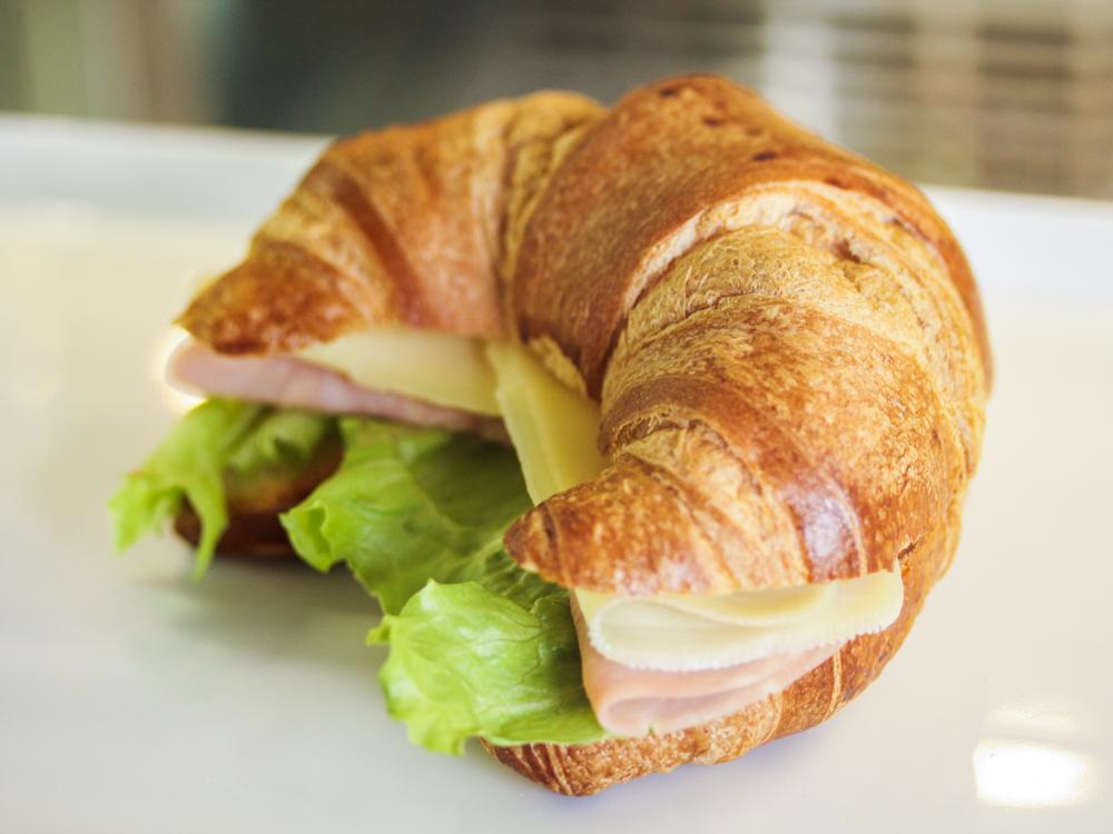 Сэндвич с сыром и ветчиной на круассане