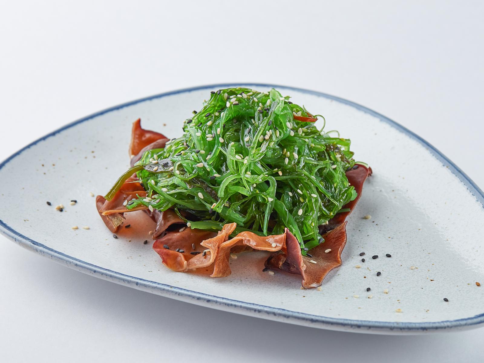 Салат чука с древесными грибами