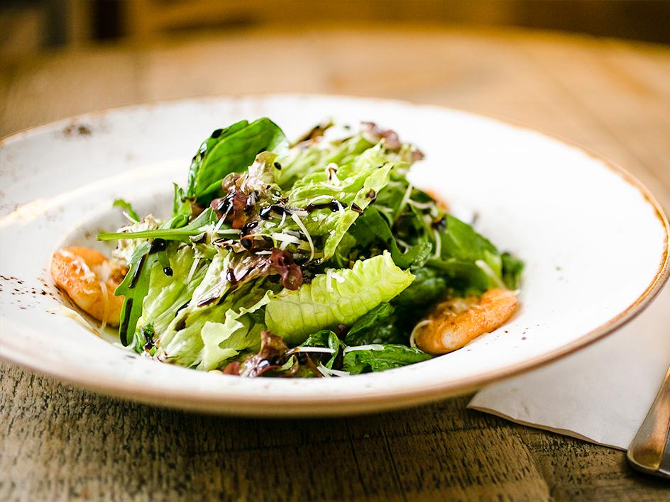 Микс салатных листьев с креветками