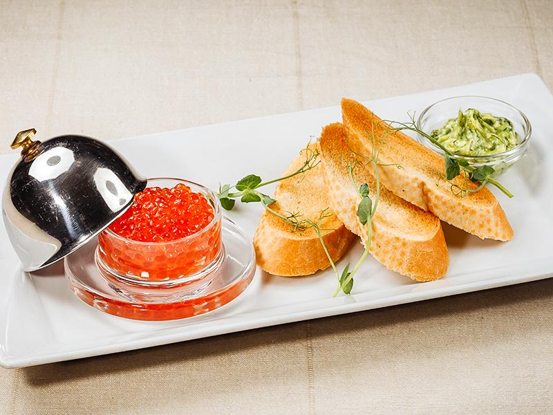 Красная икра с пшеничными тостами