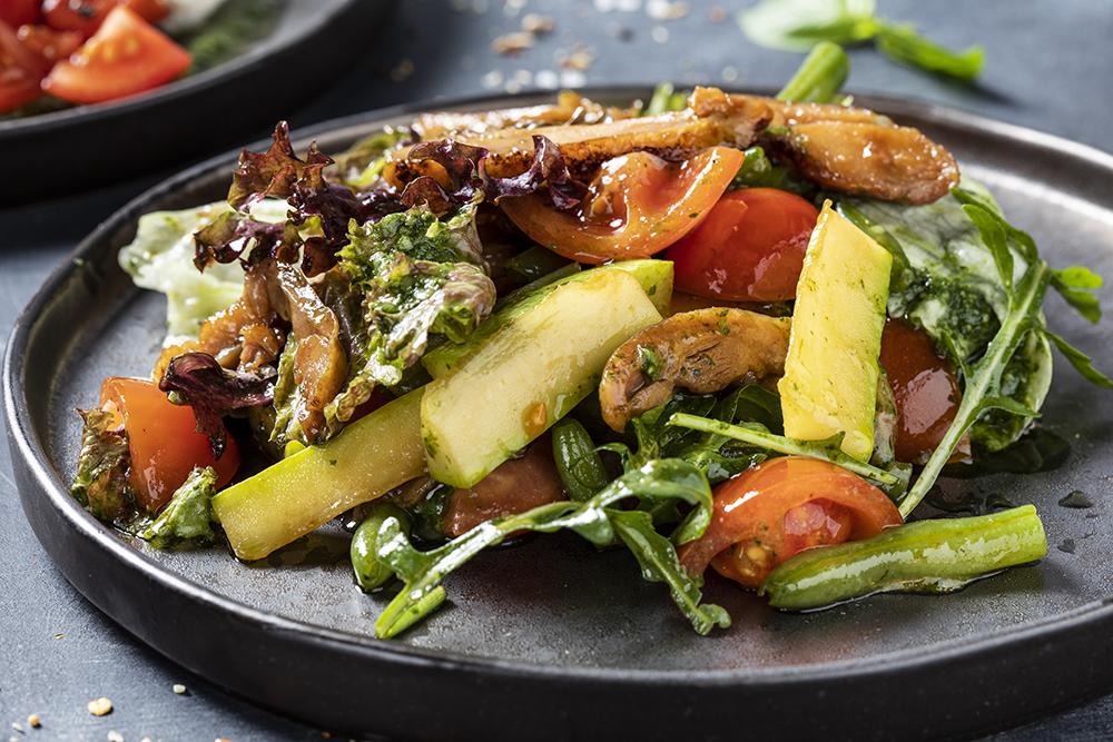Салат из цыпленка с цукини под соусом песто