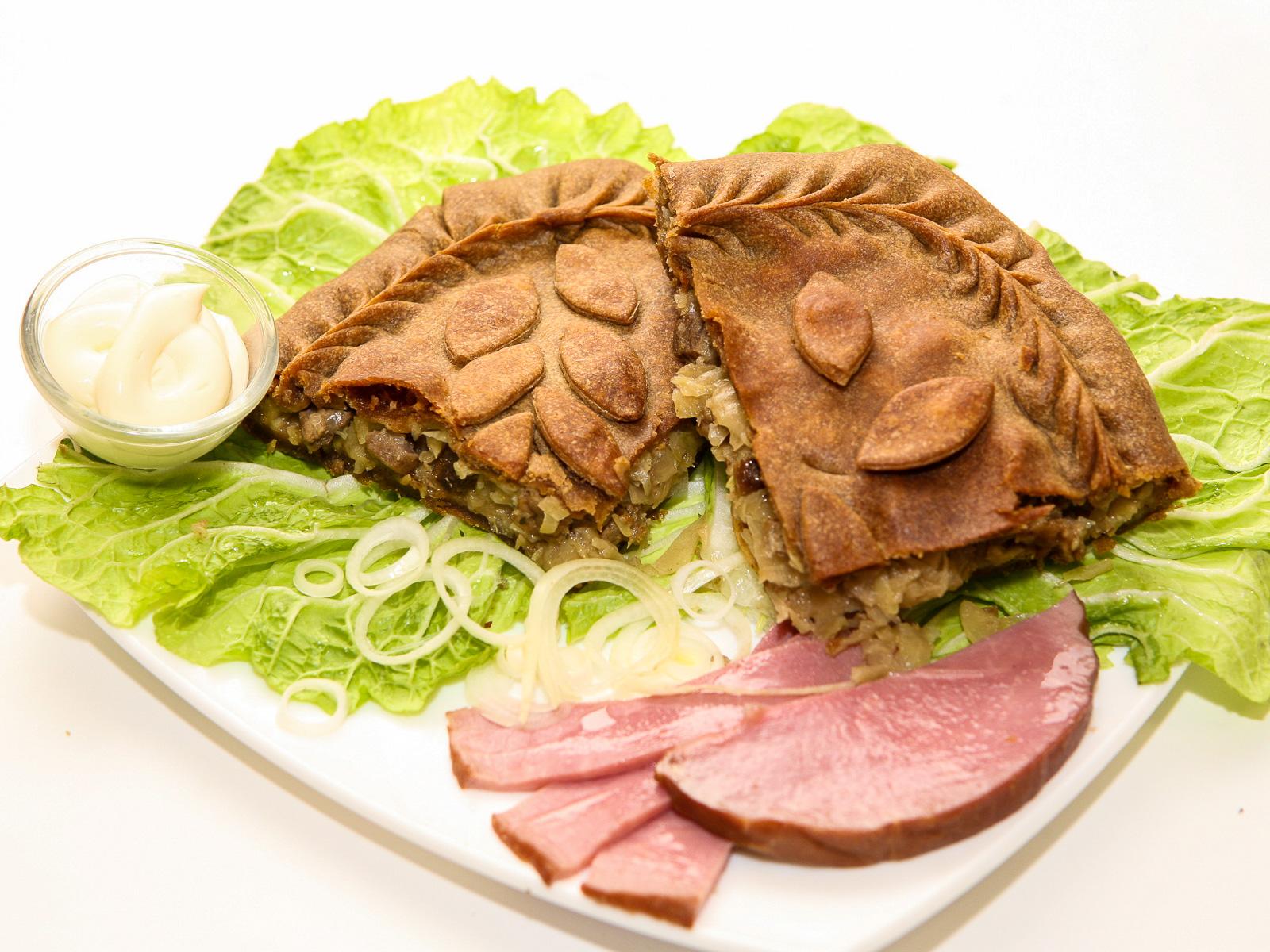 Ржаной пирог с мясом и капустой