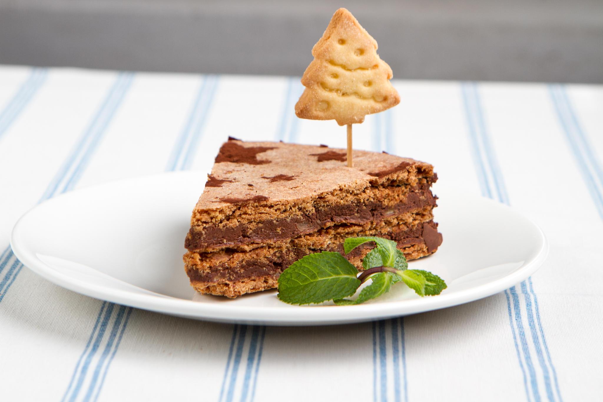 Шоколадный торт с яблоками и корицей
