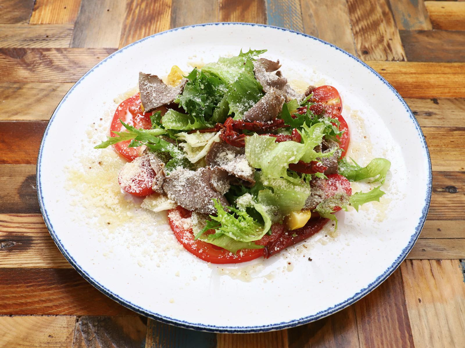 Салат с ростбифом, вялеными томатами и патиссонами
