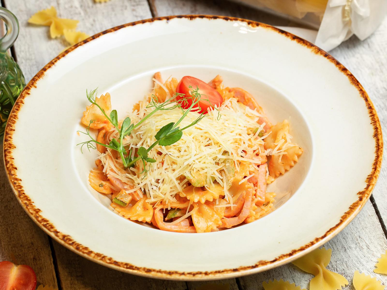 Фарфалле в сливочно-томатном соусе