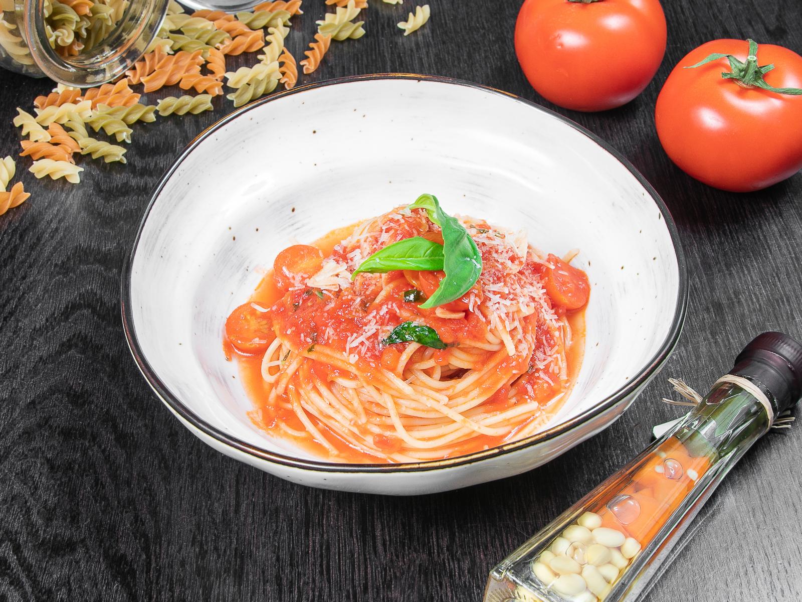 Спагетти с соусом помодоро и базиликом