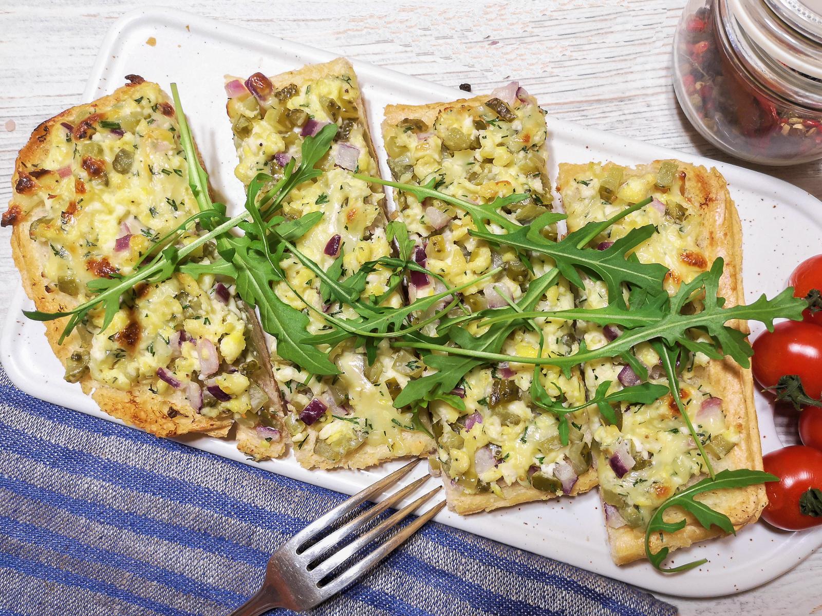 Теплый сет-бутерброд с сыром, бужениной и маринованными огурцами